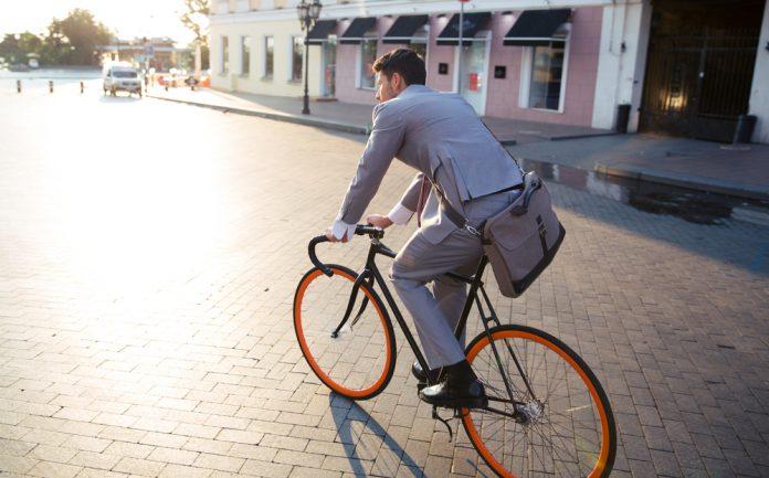 Man op fiets naar het werk